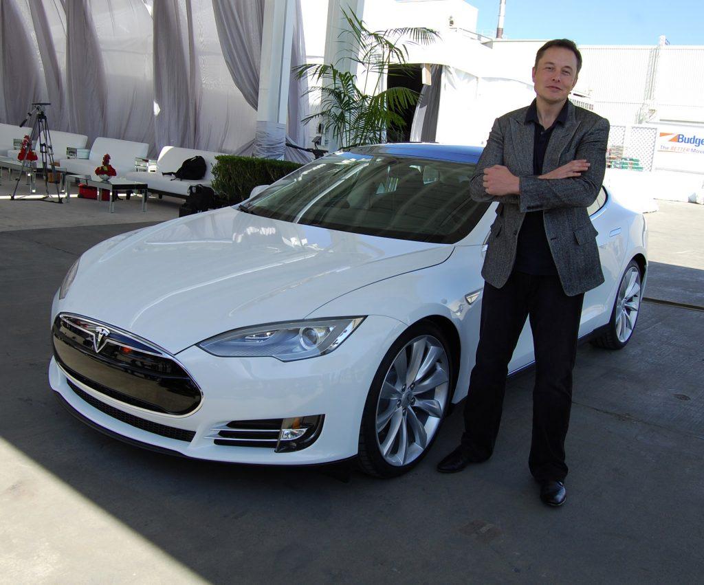 Musk în dreptul unei Tesla S în 2011